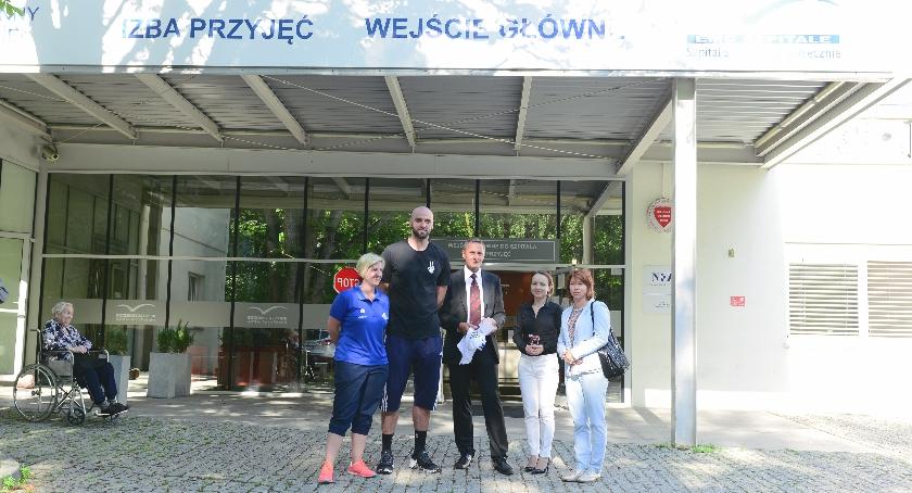 Marcin Gortat odwiedził dzieci w Szpitalu EMC w Piasecznie